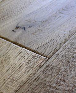 ROVERE INVECCHIATO - piallato e verniciato a mano, bordi consumati, nodo e spaccature a rilievo da €/m2 69,00
